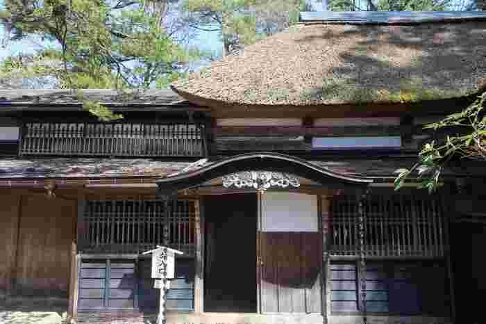 武家屋敷通りにある「青柳家」は、約3,000坪の敷地に母屋のほか資料館や庭園を有する邸宅。上流武士にのみ許された重厚な薬医門をくぐって敷地内へ。