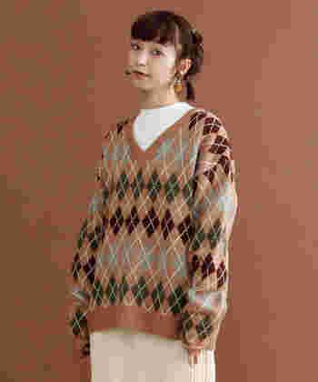 スコットランドのアーガイル地方伝統の、ひし形(ダイヤ形)と斜めのラインで構成された「アーガイル柄」。カジュアル感が強い柄で、ニットやカーディガンなど秋冬のアイテムに主に使われます。学生服に取り入れられることも多く、マニッシュな雰囲気が作りやすいです。