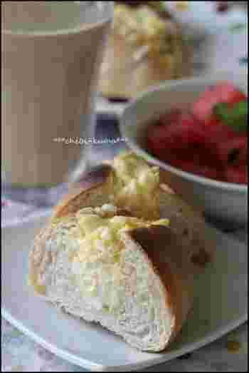 定番のエッグサンドにチーズをトッピングして焼いています。温められたエッグサンドは、いつものとは一味違う美味しさに変身。朝にぴったりなごちそうサンドになります。