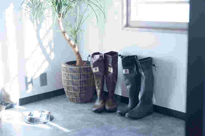 野鳥愛好家たちの間で愛用されているバードウォッチング長靴は、機能的かつおしゃれなアイテム。通勤や、アウトドア、野外フェスなど様々なシーンで大活躍しそうです。
