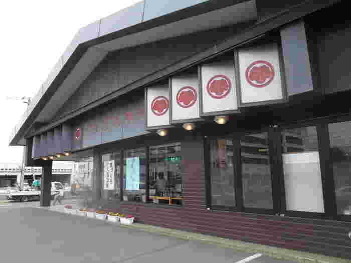 小樽で100年以上の歴史を持つ老舗和菓子店。和菓子の他に洋菓子も扱っているお店が多い中、こちらは和菓子一筋で長く小樽市民に愛されています。