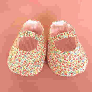 赤ちゃんの足に合わせた小さなベビーシューズは、なんとも可愛らしいアイテムですね。特に記念になるファーストシューズをがんばって手作りすれば、忘れられない思い出の品になります。