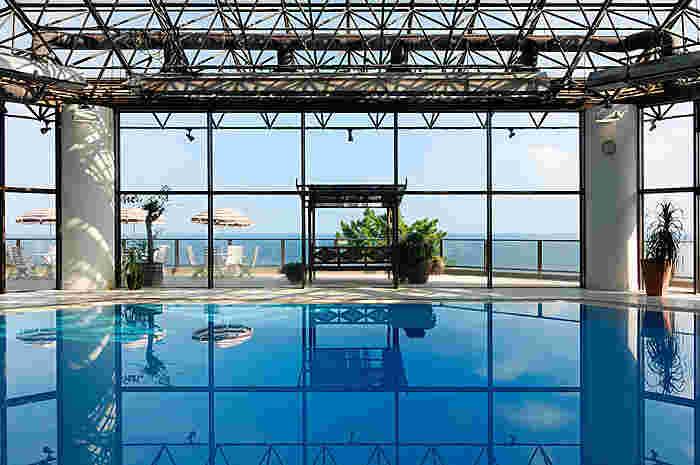 全天候型オールシーズン温泉プールから眺める海は、まるで南国リゾートにいるみたいな気分に……♪