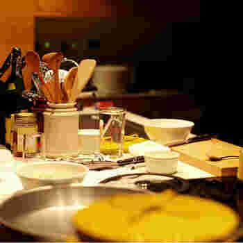 立てて差すことが出来るだけなら、いくらでも他のもので代用出来るはず。でも、このキャニスターは、使いやすさはもちろんのこと、磁器ならではのぬくもりある素材感が雰囲気良く、キッチンに置いた時にとても様になるんです。普段あまり気に留めない脇役にこだわってみると、思いのほか料理がはかどるなんてことも。