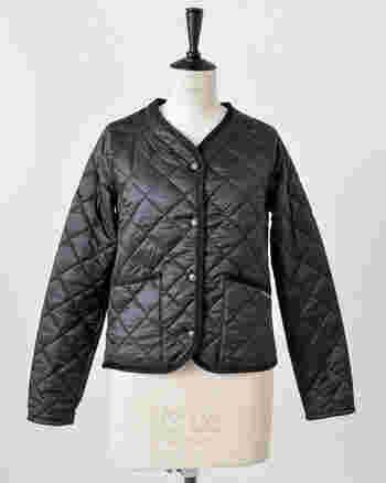インナーとしても着られるキルトジャケット。襟元がすっきりとしたデザインなので、マフラーなどを巻いてももたつきません。