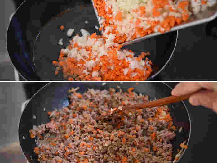 冷蔵で5日、冷凍で1ヶ月ほど日持ちするミートソースは、前日に限らず用意しておきやすいメニュー。みじん切りにした玉ねぎとにんじん、にんにくを炒めて合挽き肉を加えます。合挽き肉は、塊が少し残る程度軽めにほぐすと食べ応えアップ。塩こしょうで下味をつけたら小麦粉を全体にふり、軽く混ぜ合わせます。