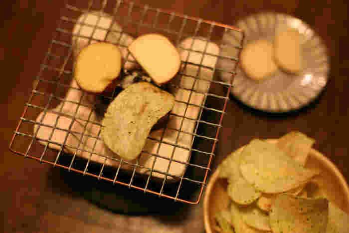 コキリダシは、卓上で炭火を楽しむための弱火の七輪です。弱火でじんわりと焼くことで美味しさが引き出されます。おつまみをじんわり炙りながら、ゆっくりとお酒を楽しむのにぴったりです。