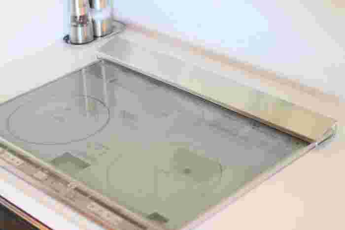 狭くて手の入りにくい排気口は、掃除が億劫になってしまいますよね。一度キレイにしたら汚したくないもの。そこでおすすめなのが排気口カバーです。油や汁が跳ねてもカバーがガードしてくれ、カバーをサッと拭くだけで掃除が完了します。ホコリよけにもなりますよ。