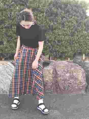 ハッと目をひくマドラスチェックのフレアスカートはシンプルシックにコーディネートするとよりおしゃれに見せることができます。