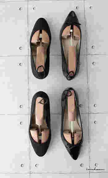 お気に入りの靴をいつまでも美しく履くために、シューキーパーで管理しましょう。 木製シューズキーパーは湿気取りの役割も担ってくれるので、靴にとって理想的な環境に整えてくれるのだそう。