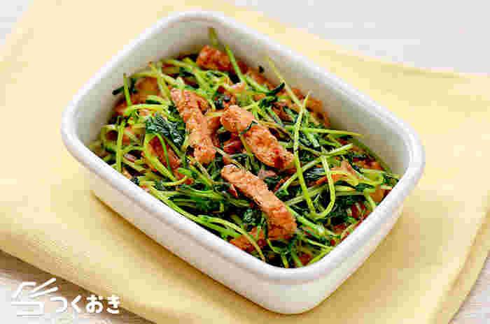 シャキシャキ美味しい豆苗と油揚げの炒め物です。一度買えば育ててさらに食べられる豆苗は、節約レシピにもぴったりですね。色鮮やかなグリーンはお弁当の彩りにもなりますね。