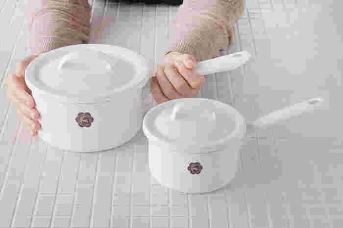 小ぶりな「月兎印」のソースパンは、ちょっと野菜を茹でたり、お料理を温めたりとマルチに活躍する、ご家庭にひとつあると便利なアイテムです。サイズは使い勝手やライフスタイルに合わせて12cmと16cmから選べます。ホーローは酸にも強いので、余ったフルーツでジャムを作るといった使い方もおすすめですよ。