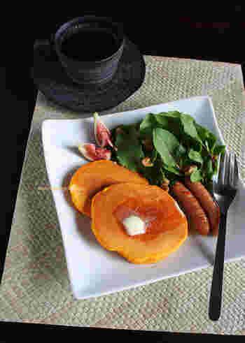 朝食の定番パンケーキ。こちらは牛乳の代わりに野菜ジュースを使って作っています。オレンジ色の見た目も、なんだか元気が出そうです♪