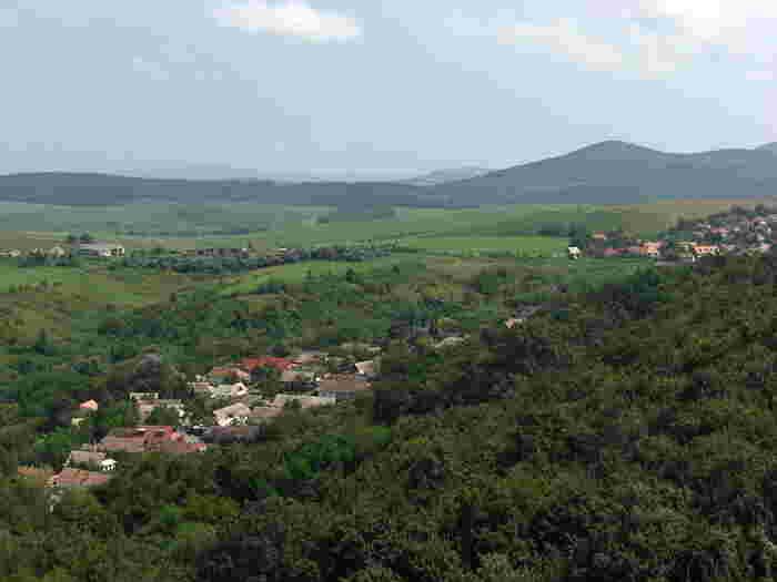 ホッロークーの村の散策を終えたら、村の入り口に戻り、集落の反対方向へ向かってみましょう。なだらかな丘陵地帯が広がっており、ちょっとしたハイキングを楽しむことができます。少し小高い所まで足を伸ばしてみると、ホッロークーの村の全景を見渡すことができます。高台から臨むホッロークー村は、森緑の中にひっそりと佇む宝石箱のようです。