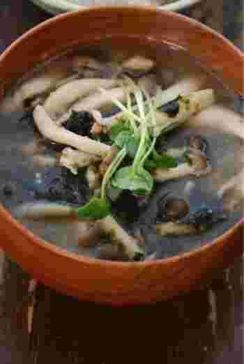 しめじと焼き海苔1枚でできるかんたん美味しいお味噌汁。練り辛子がポイントです。