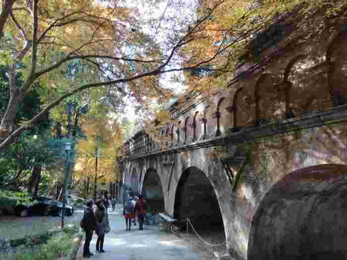 南禅寺の境内の中で、近年特に人気が高いのが、南西に位置する「水路閣」です。全長93mにも及ぶ煉瓦と花崗岩で造られた水路閣は、古代ローマの水道橋を模して、明治中期に建造されたものです。【11月下旬の水路閣】