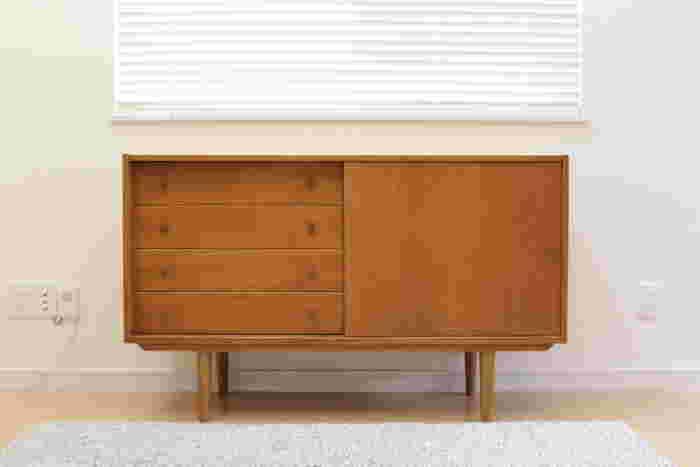 北欧家具は、使いやすさにこだわったシンプルなデザインが特徴です。  素材には、主に天然木やプライウッド(薄くスライスした木材を積み重ねて接着したもの)が使われます。 家具に使われる樹種はさまざまですが、ホワイトよりのベージュ色や茶褐色などの色合いが多く、全体的に木の温かみや自然をイメージさせる優しい雰囲気があります。