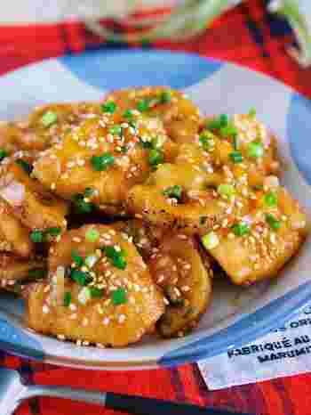 こちらはレンコンと鶏むね肉をフライパンで焼いて、中華ダレに漬けこんだ美味しい中華サラダ。晩ご飯の副菜にはもちろんのこと、おつまみにもおすすめの一品です。