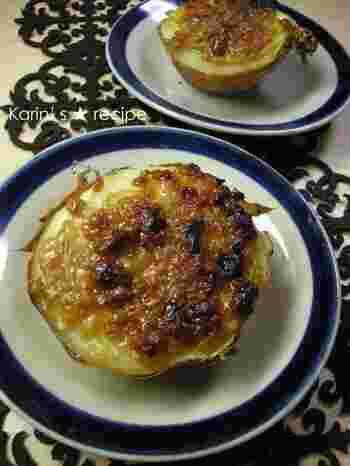 玉ねぎの皮がついたまま、しっとりと焼き上げたオーブン焼きです。甘辛い味噌がジューシーな玉ねぎによく合います。
