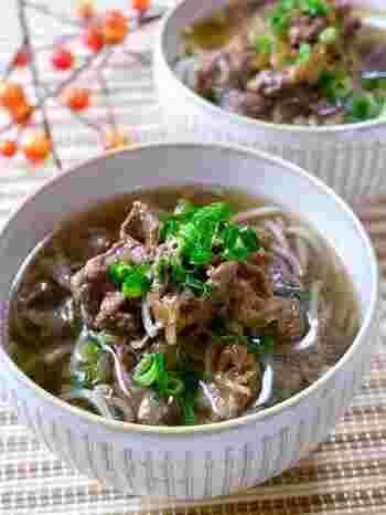 甘めのだしで楽しむ肉うどん。甘辛に煮詰めた牛肉が麺によくからみ、絶品です。