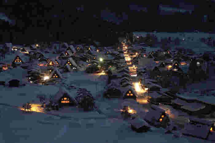 冬のライトアップ期間の光景。近くで見るライトアップも素敵ですが、高台から眼前に広がる光景は一段と美しく、童話の世界に迷い込んだかのよう。