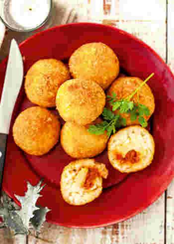 イタリアの名物ライスコロッケ「アランチーニ」。サクサク揚げたてのコロッケの中には、ライスととろ~りチーズが。おうちでも、まねして作ってみましょう。