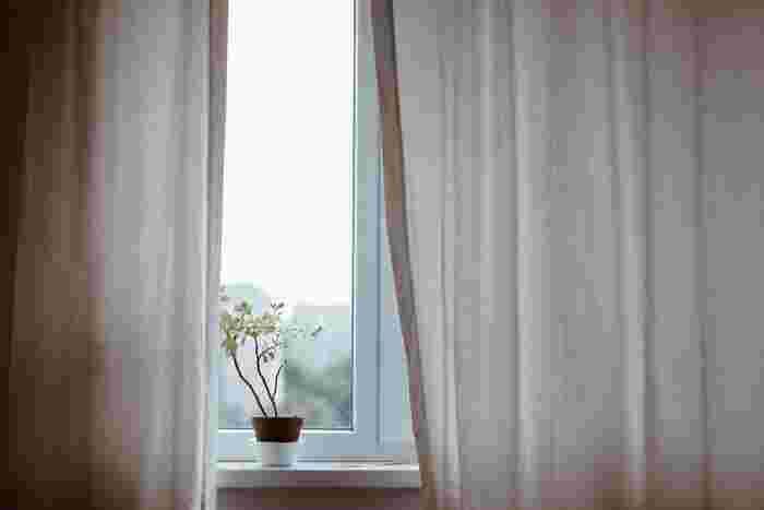 まず最初にセロトニンの分泌をしっかりと促すため、太陽の光を意識的に浴びるようにするのが理想的です。遮光カーテンを閉め切っていると光を感じられないので、遮光率の低いカーテンにしたり、少しカーテンを開けて光が入るようにしておくと良いでしょう。