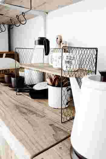 4つの焼き網を針金でつなげて、木板を固定するだけの簡単2段シェルフ。重いものは置けませんが、キッチングッズを置いたり、文房具を置いたりと、意外と使えます。2段式なので、狭いスペースでもすっきり収納を叶えてくれます。