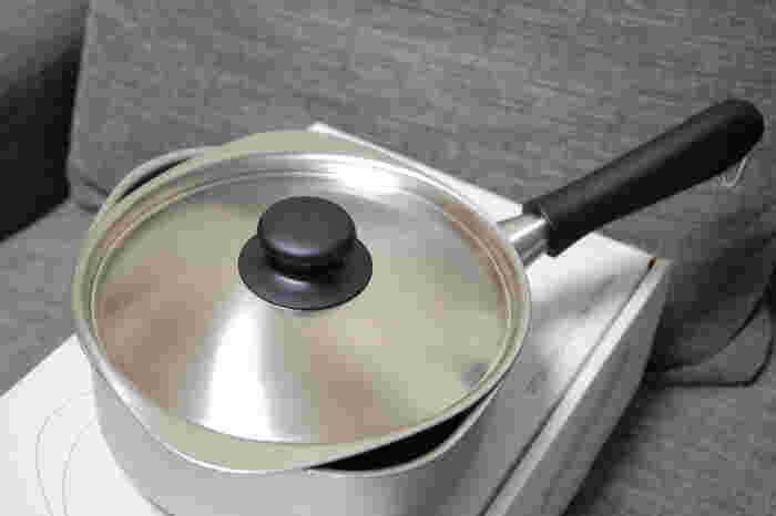 【片手鍋】 お味噌汁を作るのにちょうど良いサイズの片手鍋。蓋をずらせば湯切りも楽々♪持ち手も熱くならないので安全です。