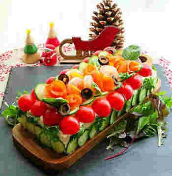 サンドイッチなのかケーキなのか?よくわからないメニューかもしれませんが、こちらはケーキのようにパンや具材を積み重ねたサンドイッチ。  スモークサーモンやスウェーデンキャビア、オリーブ、小エビなどがたっぷり入ったものが一般的です。  おもにクリスマス時期に親しまれているお料理なのですが、スーパーで通年販売されている一品でもあります。  スーパーでスモーガストルタを買って公園で自然を感じながらいただくのも美味しいですよ♪