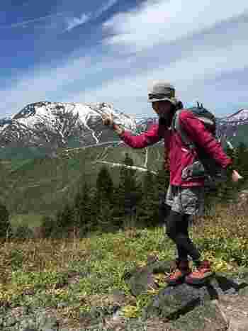 「アークテリクス」の薄手のジャケットは、春から初夏にかけての登山に最適。晴れた日だったので、暑さ対策でボトムスをハーフパンツにしたとのこと。
