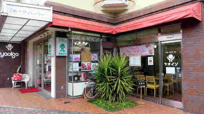 「パン屋さん」というよりは、昔ながらの「フルーツパーラー」といった、どこかなつかしい雰囲気のお店です。 「京都御苑」の近くに位置しているので、お花見時に立ち寄ってみてくださいね。