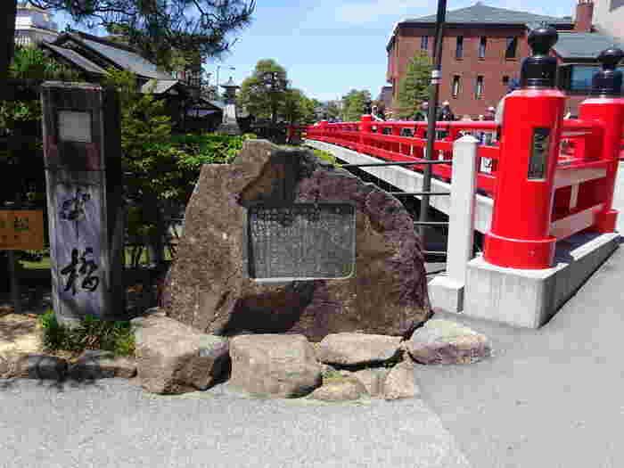 高山市中心部を流れる宮川に架かる中橋は、飛騨高山が城下町として栄えていた時代から架けられていた歴史ある橋です。水害により幾度が流失した後、1925年に現在の橋が架けなおされ、1965年に欄干が取り替えられて朱色をした現在の姿となりました。