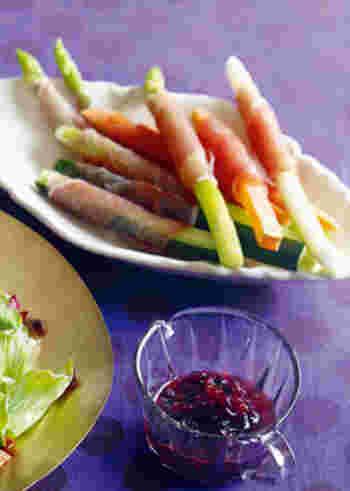 スティック野菜にくるくると生ハムを巻いた少しだけ手間をかけたおしゃれな一品。生ハムの塩味がワインにもぴったり。楽しておしゃれなおつまみレシピです。