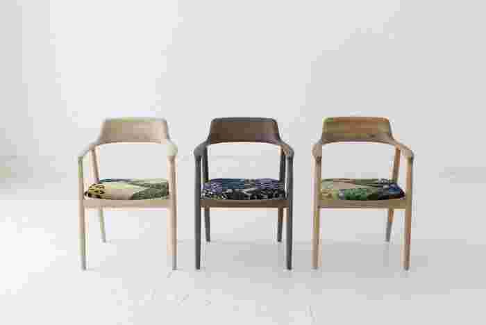 シリーズ「MARUNI COLLECTION」では、テキスタイルが人気のファッションブランド「ミナペルホネン」とのコラボレーションも行っています。画像はMARUNI COLLECTION「ふしとカケラ」の際に展示された、ミナペルホネンのファブリックをパッチワークにした座面のHIROSHIMAアームチェアです。