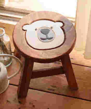 手頃なサイズのアカシア製の椅子。癒やし系なくまちゃんがとっても可愛いですよね。丈夫なので高い物を取るときの踏み台としても、子供用の椅子にも、サイドテーブルとしても使える実用性の高いアイテム。家族の人気者間違いなし!