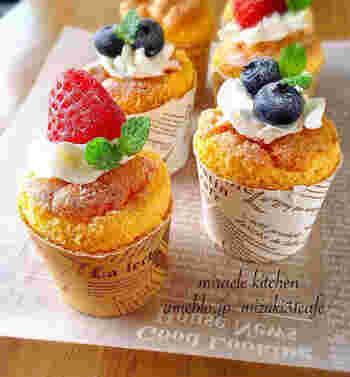 シフォンケーキに限らず、オーブンが小さめで高さのあるケーキが焼きにくい場合は、紙コップやカップケーキ型を使うレシピを利用する方法もあります。
