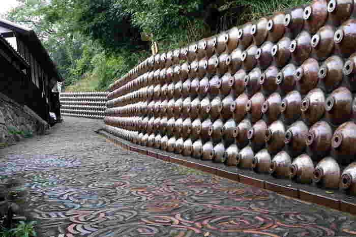 六古窯の一つに数えられる常滑焼に関する文化や知識を昭和初期の古き良き風景を散策しながら体験できる人気観光スポット。散歩道は所要時間60分のAコースと2時間30分のBコースがあり、どちらも見所たっぷり。「美しい日本の歴史的風土準100選」にも選ばれています。