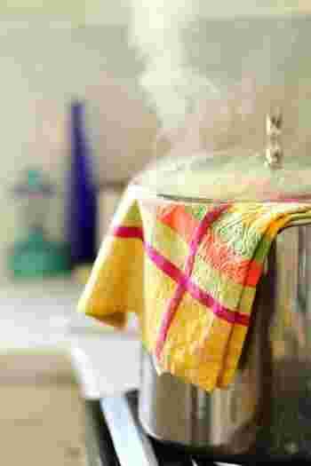 お鍋を使うときはフタから露が滴るので、露止めにフタにふきんやタオルを巻きましょう。