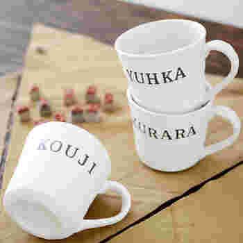 陶器用の絵の具とステンシルシートを使って、カップに名前をや記念日の日付を入れてみるのも◎ 世界にひとつしかない、心のこもったコーヒーカップが作れます。