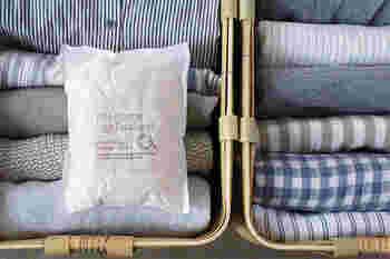 より薄く削り出したひばを不織布で包んだ「クローゼット用消臭・防虫材」。人工的な防虫剤の香りが苦手な方でも、衣替えのとき衣服を取り出すのが楽しみになるような香りです。