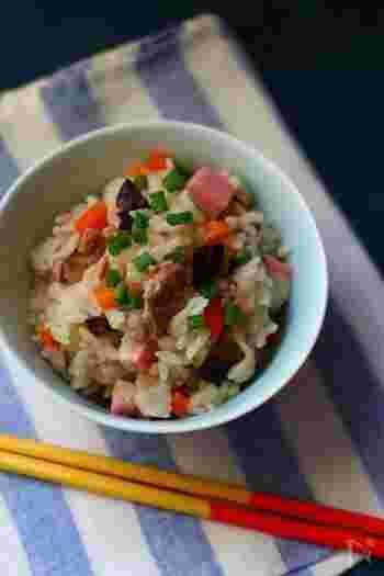 こちらは沖縄の郷土料理として親しまれている「ジューシー」。豚肉・干ししいたけ・かまぼこ・人参など、たくさんの具材が入ったボリューム満点の炊き込みご飯です。一品でメインになる具沢山の炊き込みご飯は、普段の食卓はもちろんのこと、お弁当やおもてなし料理にもおすすめです。