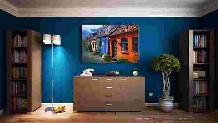 ビビッドなブルーの壁は、大きな絵画とマッチしています。ナチュラルな色味のフローリングで、色を使ってもやさしい雰囲気に。