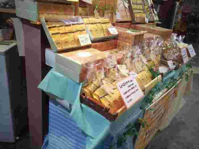門司港はバナナの叩き売りの発祥地としても有名なので、お土産はバナナ味が多いんです。こちらは洋菓子店「グリーンゲイブルズ」の『門司港レトロバナナ』。バナナをたっぷりと使用した焼き菓子で、バナナの風味としっとりとした食感が人気です。
