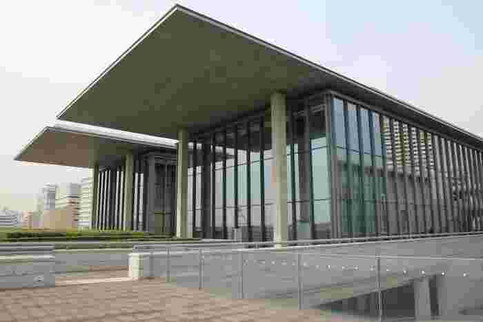 阪神電車の岩屋駅から徒歩で約8分のところにあるのが「兵庫県立美術館」です。この美術館は、阪神・淡路大震災からの復興と新しいまちづくりのシンボルとして2002年に建てられました。設計したのは日本を代表する建築家として知られる安藤忠雄氏。ガラス張りの外観が印象的な建築物です。
