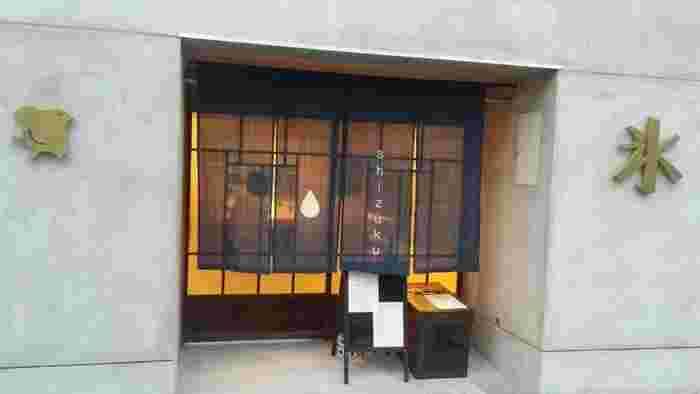 こちらはお客様用のベンチとして茶箱が活躍しています。  やっぱりコンクリートとの相性バッチリですね!