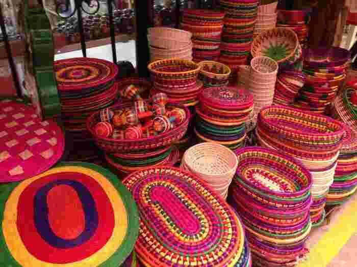 とにかくカラフルなメキシコの雑貨は、眺めているだけでハッピーな気分にさせてくれるものがいっぱい♪ピンクやイエローを基調にしたカゴやマットは、インテリアのビビットなアクセントになってくれそうです。