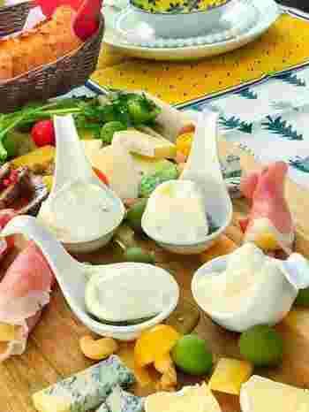 マスカルポーネチーズとブルーチーズのチーズオンチーズに、あとははちみつをかけるだけです!お客様にだしても喜ばれそうな簡単チーズのおつまみを、ぜひお試しください。