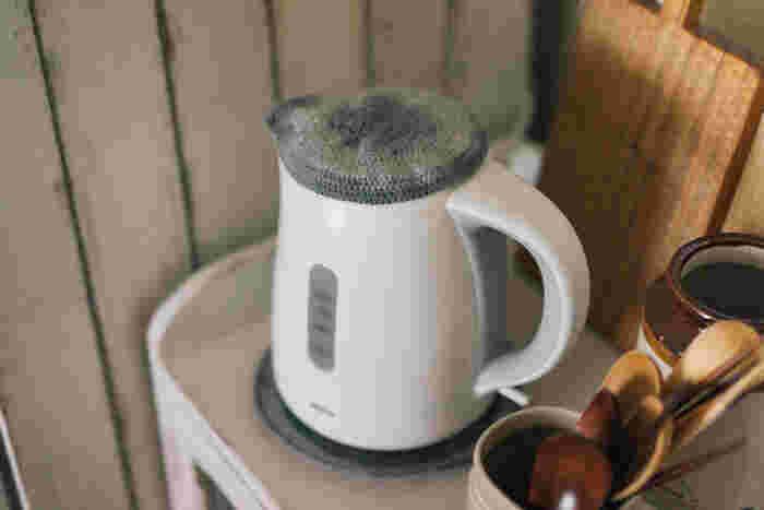 使う分のお湯だけを速く沸かすことができる「電気ケトル」。ボタンを押すだけですぐに沸くため、湧き立てのお湯をいつでも常備することができます。ポットがあるから…と思っている方も、使ってみるとその便利さに手放せなくなるかも。