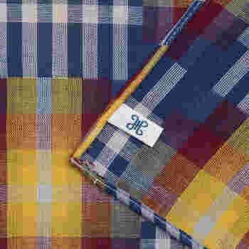 ハンカチの専門店「H TOKYO(エイチ トーキョー)」からセレクト。こちらは46cm×46cmの、大判ダブルガーゼのハンカチです。丁寧な縫製が嬉しい日本製のハンカチで、大切な人へのギフトにもおすすめの一枚。  パッチワーク柄のユニセックスなデザイン。色の組み合わせもかっこよくて、トレンドに左右されず、ずっと大切にしたくなりますよ。